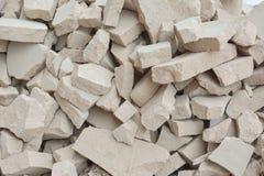 Ένας σωρός των πετρών Ασυνήθιστο υπόβαθρο από τα σπασμένα γκρίζα τούβλα Στοκ Φωτογραφίες