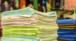 Ένας σωρός των πετσετών στο κατάστημα Στοκ φωτογραφία με δικαίωμα ελεύθερης χρήσης