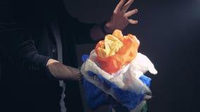 Ένας σωρός των πολύχρωμων υφασμάτων εμφανίζεται στο μάγο ` s δεξής απόθεμα βίντεο
