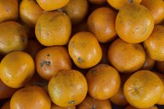 Ένας σωρός των πορτοκαλιών στην αγορά στοκ εικόνες