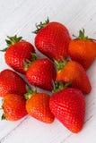 Ένας σωρός των υγιών σκωτσέζικων φραουλών σε έναν λευκό πίνακα σανίδων στοκ φωτογραφίες