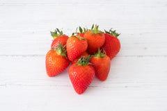 Ένας σωρός των υγιών σκωτσέζικων φραουλών σε έναν λευκό πίνακα σανίδων στοκ εικόνες με δικαίωμα ελεύθερης χρήσης