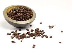 Ένας σωρός των φασολιών καφέ που ανατρέπουν από ένα κύπελλο στοκ εικόνα με δικαίωμα ελεύθερης χρήσης