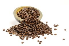 Ένας σωρός των φασολιών καφέ που ανατρέπουν από ένα κύπελλο στοκ φωτογραφίες