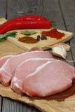 Ένας σωρός των φρέσκων μπριζολών οσφυϊκών χωρών χοιρινού κρέατος Στοκ φωτογραφία με δικαίωμα ελεύθερης χρήσης