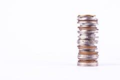 Ένας σωρός των χρημάτων σωρών νομισμάτων στην άσπρη επιχείρηση χρηματοδότησης υποβάθρου που απομονώνεται στοκ εικόνα