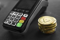 Ένας σωρός των χρυσών Crypto Litecoin νομισμάτων νομίσματος και POS του τερματικού Litecoins Cryptocurrency Ηλεκτρονικό εμπόριο,  στοκ φωτογραφία