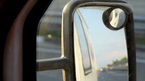 Ένας σύγχρονος καθρέφτης φτερών πυροβολείται από ένα οδηγώντας αυτοκίνητο στην Ουκρανία το καλοκαίρι φιλμ μικρού μήκους