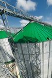 Ένας σύγχρονος σιτοβολώνας, σιλό μετάλλων με μια πράσινη στέγη Στοκ εικόνες με δικαίωμα ελεύθερης χρήσης