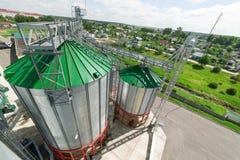 Ένας σύγχρονος σιτοβολώνας, σιλό μετάλλων με μια πράσινη στέγη Στοκ Εικόνες