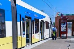 Ένας τίτλος τραίνων μετρό Trimet μέσω μιας πόλης κοντά στο ροδοκόκκινο ΑΝΩΤΑΤΟ σταθμό συνδέσεων, Όρεγκον στοκ φωτογραφία με δικαίωμα ελεύθερης χρήσης