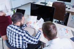 Ένας τακτοποιημένος και μοντέρνος εργαζόμενος γραφείων αναλύει το πρόγραμμα Στοκ φωτογραφίες με δικαίωμα ελεύθερης χρήσης