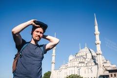 Ένας ταξιδιώτης με τα γυαλιά εικονικής πραγματικότητας Η έννοια του εικονικού ταξιδιού σε όλο τον κόσμο Στο υπόβαθρο το μπλε Στοκ εικόνα με δικαίωμα ελεύθερης χρήσης