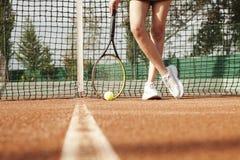 Ένας τενίστας προετοιμάζεται να εξυπηρετήσει μια σφαίρα αντισφαίρισης κατά τη διάρκεια μιας αντιστοιχίας στοκ εικόνα