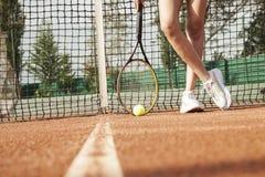 Ένας τενίστας προετοιμάζεται να εξυπηρετήσει μια σφαίρα αντισφαίρισης κατά τη διάρκεια μιας αντιστοιχίας στοκ φωτογραφίες