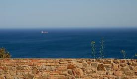 Ένας τοίχος, η θάλασσα, ο ουρανός και ένα σκάφος κοντά στη Μάλαγα στην Ισπανία Στοκ Εικόνες