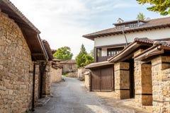 Ένας τοίχος πετρών και ένα παλαιό σπίτι από Arbanasi, Βουλγαρία. Στοκ φωτογραφία με δικαίωμα ελεύθερης χρήσης