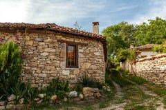 Ένας τοίχος πετρών και ένα παλαιό σπίτι από Arbanasi, Βουλγαρία. Στοκ Φωτογραφίες