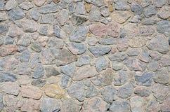 Ένας τοίχος πετρών, που τσιμεντάρεται γκρίζος μεταξύ των στρογγυλευμένων πετρών Backgrou Στοκ φωτογραφίες με δικαίωμα ελεύθερης χρήσης