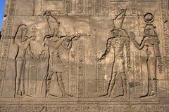 Ένας τοίχος στο ναό Horus σε Edfu στην Αίγυπτο που παρουσιάζει τις χαραγμένες ανακουφίσεις και hieroglyphs Στοκ φωτογραφία με δικαίωμα ελεύθερης χρήσης