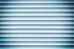 Ένας τοίχος φιαγμένος από ομαλά slats Υπόβαθρο των μπλε οριζόντιων φραγμών Φωτογραφία με ένα σύντομο χρονογράφημα Στοκ φωτογραφία με δικαίωμα ελεύθερης χρήσης
