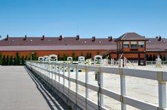 Ένας τομέας για τον ανταγωνισμό οδήγησης ενάντια στο μπλε ουρανό Στοκ Εικόνες