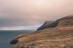 Ένας τομέας που αγνοεί τους απότομους βράχους στις Νήσους Φαρόι Στοκ Εικόνες