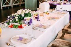 Ένας τοποθετημένος πίνακας γαμήλιου συμποσίου στοκ φωτογραφίες με δικαίωμα ελεύθερης χρήσης