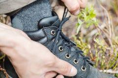 Ένας τουρίστας δένει τις μπότες πεζοπορίας Στοκ φωτογραφίες με δικαίωμα ελεύθερης χρήσης