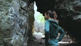 Ένας τουρίστας γυναικών εξετάζει delightedly τους βράχους στο δάσος απόθεμα βίντεο