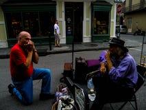 Ένας τουρίστας ενώνει έναν ολοκληρωμένο μουσικό στη βασιλική οδό στη Νέα Ορλεάνη Στοκ Εικόνα