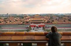Ένας τουρίστας κοριτσιών που παρατηρεί την απαγορευμένη πόλη στοκ φωτογραφία