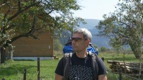 Ένας τουρίστας πηγαίνει σε ένα χωριό στην τοποθεσία βουνών απόθεμα βίντεο