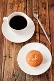Ένας τουρκικός καφές που τίθεται με muffin Cezve και το άσπρο φλυτζάνι, που εξυπηρετούνται στον ξύλινο πίνακα Στοκ εικόνες με δικαίωμα ελεύθερης χρήσης