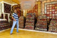 Ένας τουρκικός πωλητής ταπήτων σε Antalya στην Τουρκία Στοκ Φωτογραφίες