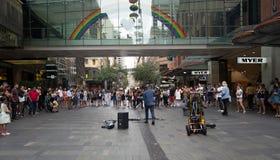 Ένας τραγουδιστής οδών έπαιξε τη μουσική στο κεντρικό σημείο, CBD στο Σίδνεϊ στο φ Στοκ Φωτογραφίες