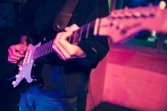 Ένας τραγουδοποιός και η ηλεκτρική κιθάρα του στοκ φωτογραφία