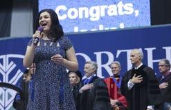 Ένας τραγουδιστής εκτελεί το εθνικό ύμνο σε μια πανεπιστημιακή βαθμολόγηση Στοκ εικόνες με δικαίωμα ελεύθερης χρήσης