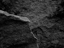 Ένας τραχύς κατασκευασμένος βράχος με την εστίαση πρώτου πλάνου με το Stone θόλωσε το γραπτό υπόβαθρο Στοκ εικόνα με δικαίωμα ελεύθερης χρήσης