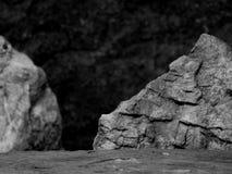 Ένας τραχύς κατασκευασμένος βράχος με την εστίαση πρώτου πλάνου με το Stone θόλωσε το γραπτό υπόβαθρο Στοκ Φωτογραφία