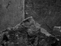 Ένας τραχύς κατασκευασμένος βράχος με την εστίαση πρώτου πλάνου με το Stone θόλωσε το γραπτό υπόβαθρο Στοκ Φωτογραφίες