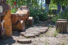Ένας τραχύς ξύλινος πάγκος στον κήπο Στοκ φωτογραφίες με δικαίωμα ελεύθερης χρήσης