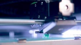 Ένας τρισδιάστατος εκτυπωτής χτίζει μια μορφή φιλμ μικρού μήκους
