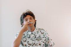 Ένας τύπος βάζει τα στηρίγματα φωτογραφιών θαλάμων moustache για να γιορτάσει movember στοκ φωτογραφία με δικαίωμα ελεύθερης χρήσης