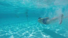 Ένας τύπος βουτά swimmingpool απόθεμα βίντεο
