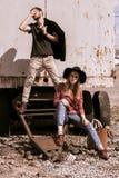 Ένας τύπος και ένα κορίτσι περπατούν στην οδό Στοκ φωτογραφίες με δικαίωμα ελεύθερης χρήσης