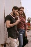 Ένας τύπος και ένα κορίτσι περπατούν στην οδό Στοκ φωτογραφία με δικαίωμα ελεύθερης χρήσης