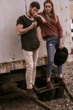 Ένας τύπος και ένα κορίτσι περπατούν στην οδό Στοκ Εικόνες
