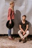 Ένας τύπος και ένα κορίτσι περπατούν στην οδό Στοκ Εικόνα