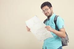 Ένας τύπος με έναν χάρτη στοκ εικόνες
